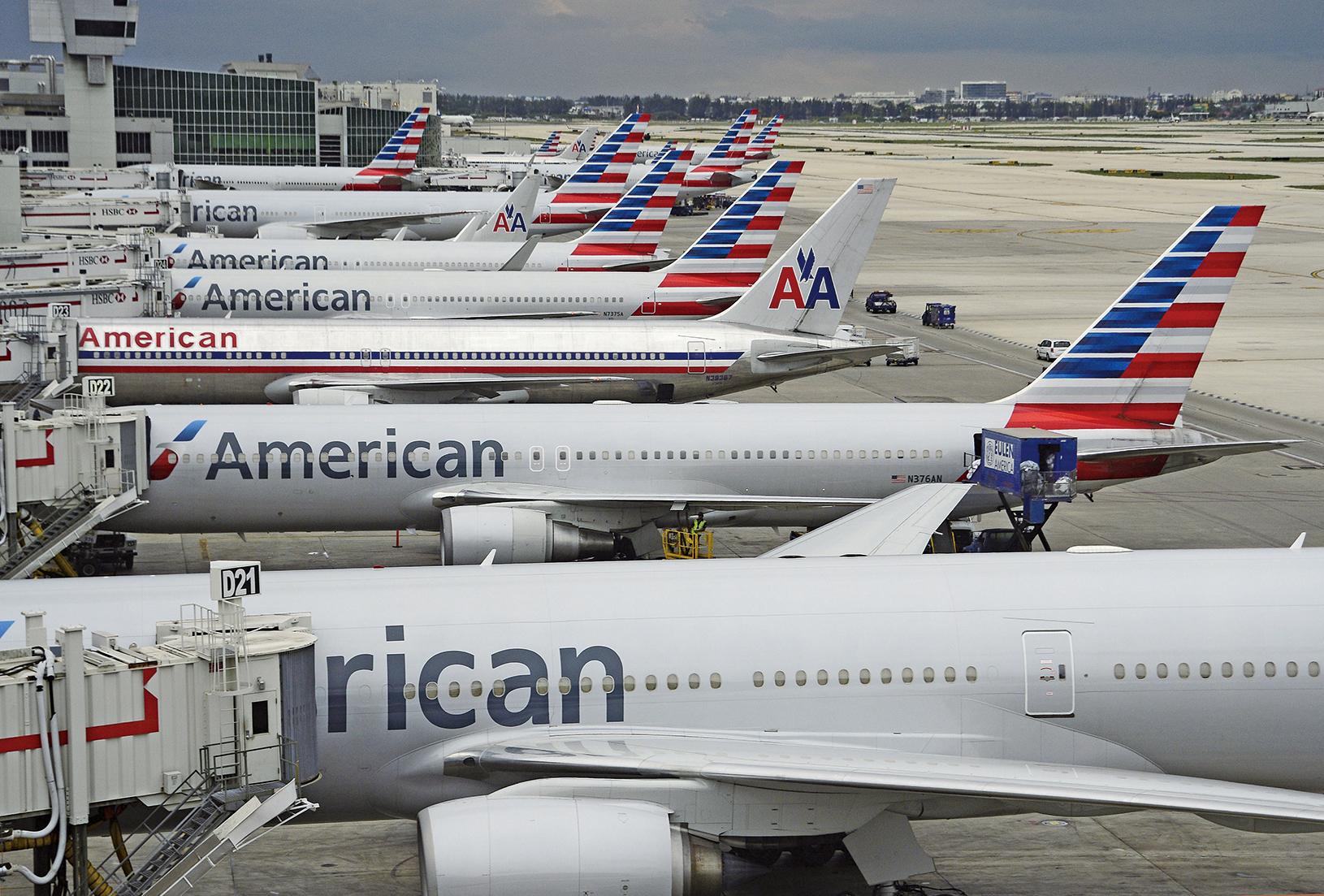 圖為邁阿密國際機場停機坪上的客機與登機橋(空橋)。(Getty Images)