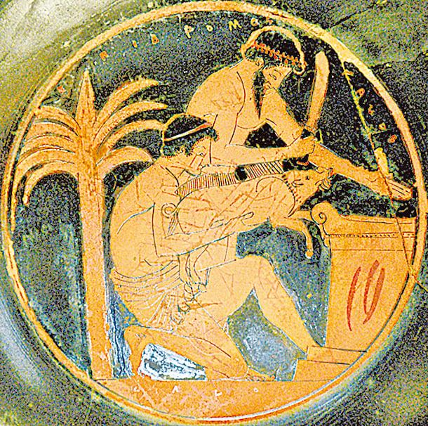 對古希臘人來說,肉是節慶與特殊日子的料理,這點也與今日的地中海飲食相同。圖為一飲酒器,上面繪製了正準備屠宰野豬的兩名男子。(公有領域)