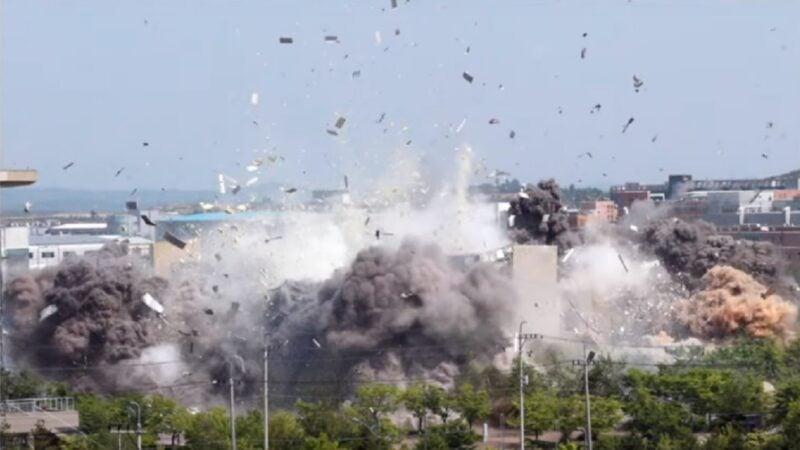 朝鮮16日炸燬境內開城工業區的韓朝聯絡辦公室。(視頻截圖)