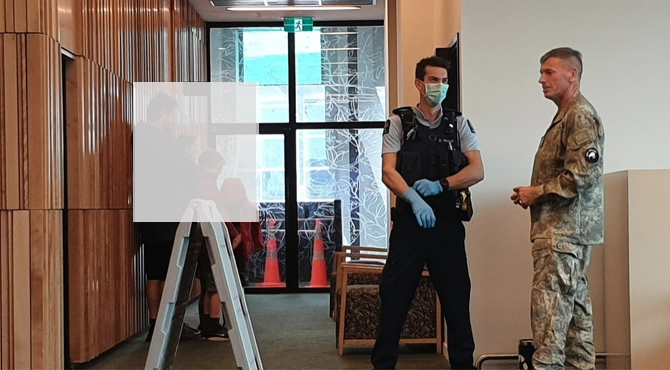 紐西蘭軍方和警察入住用作隔離的賓館,參與中共病毒邊境防疫管理。(DL / 大紀元)