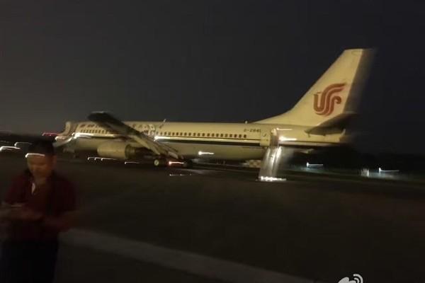 7月31日8時許,北京首都國際機場一架正要起飛的航班突發故障。圖為網傳圖片。(網絡圖片)