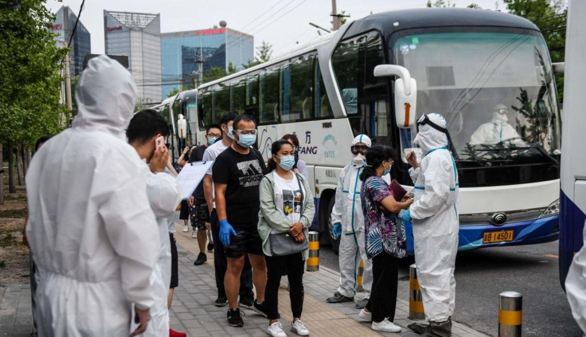 在爆發了中共肺炎(COVID-19)疫情的新發地市場地區被記錄過汽車牌照的人,於2020年6月17日被集中安排乘巴士到北京的檢測中心去接受中共病毒(新冠狀病毒)的核酸檢測。(GREG BAKER/AFP via Getty Images)