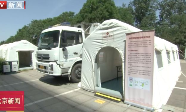 中共兩會代表團入駐的酒店都設有核酸檢測點和檢疫人員。(BTV影片截圖)