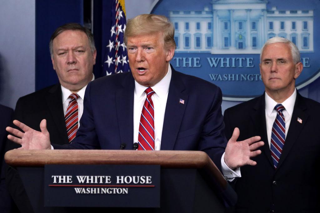 中國問題專家認為中美之間即將出現激烈碰撞的場面。圖為美國總統特朗普與國務卿蓬佩奧(左)、副總統彭斯在2020年3月20日白宮記者發佈會上。(Alex Wong/Getty Images)