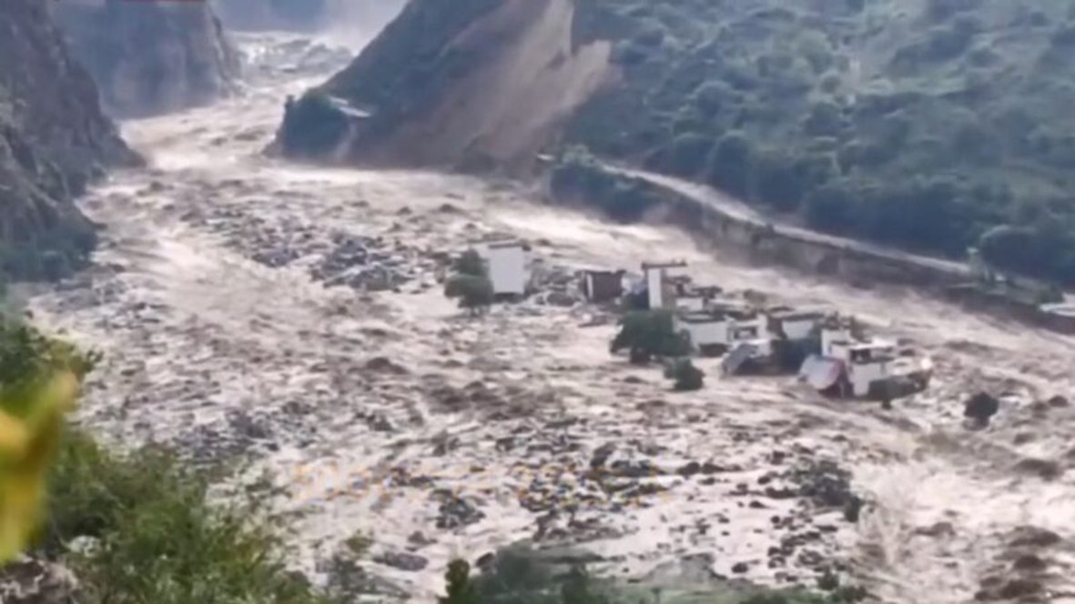 17日凌晨,四川甘孜丹巴縣爆發洪水和泥石流,奔騰而下的洪水沖毀沿途許多村莊,一些村莊直接消失。(影片截圖)