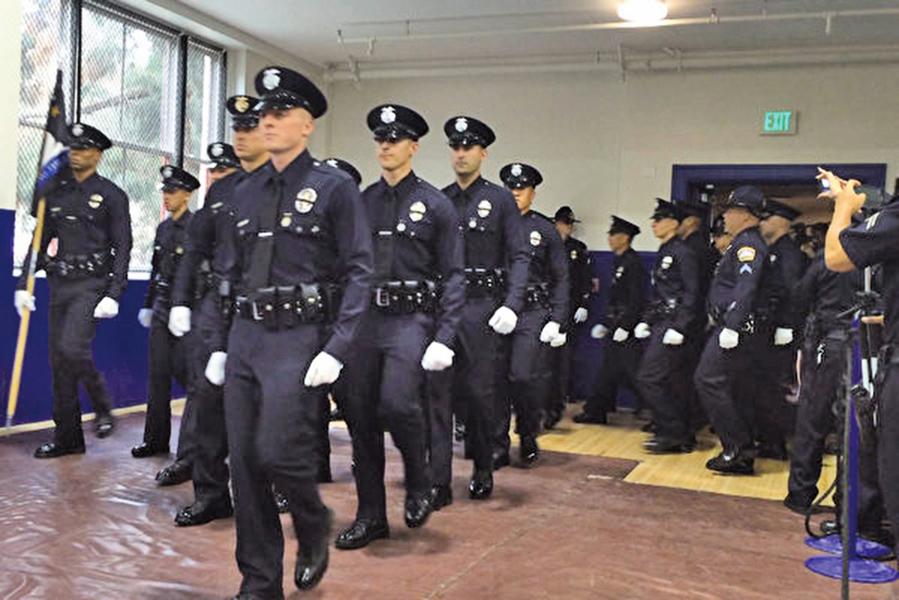 洛杉磯退役警察:民眾是受害者