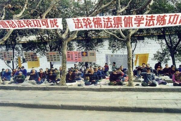 1999年7.20前,四川簡陽市法輪功學員集體煉功。(大紀元資料圖片)