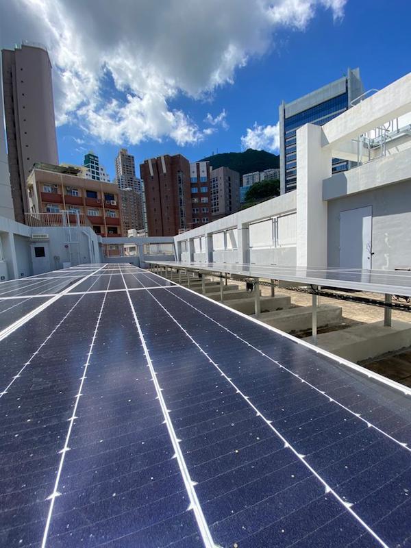 太陽能公司NEFIN在聖保羅書校園天台安裝合共26塊高效能太陽能板。(公關提供)