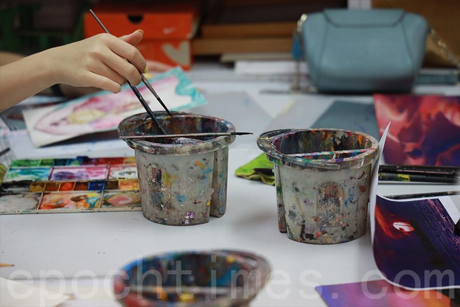 自小鼓勵女兒學畫的Londie相信,畫畫是一種表達內心的方式。(陳仲明/大紀元)