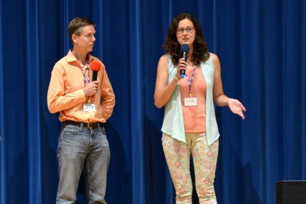 在美國費城郊區舉行的新希望電影節放映《難以置信》後,製片人之一的Kay Rubacek女士在台上回答觀眾的提問。左為電影節執行主任D. F. Whipple先生。(凌浩/大紀元)