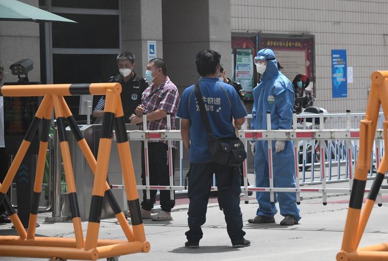 隨著中共病毒疫情在北京迅速蔓延,北京機場的出境航班也出現爆滿現象。無法逃離被困在家中的普通百姓,無奈在網絡上發出求救信。圖為:6月15日,在北京玉泉東市場附近一處居民區被封鎖。(NOEL CELIS/AFP via Getty Images)