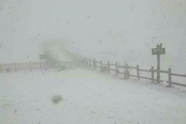 央視2015年8月報道,長白山當地有天文記錄以來第一次8月下雪,創下了長白山整年下雪的記錄。網上有不少人認為,人間必有奇冤。(網絡圖片)