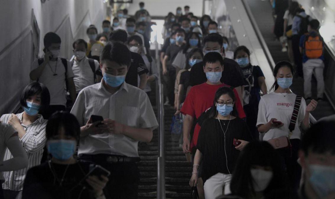 圖為2020年6月15日,北京市大批戴著口罩的地鐵乘客。(NOEL CELIS/AFP via Getty Images)