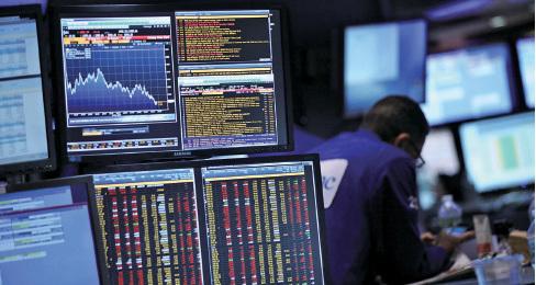 13日,美國道瓊斯工業指數下跌365點,收盤於16,151點;標普500指數跌幅為2.5%,納斯達克指數下降3.4%,二者均已進入調整區間。圖為紐約證券交易所。(Getty Images)