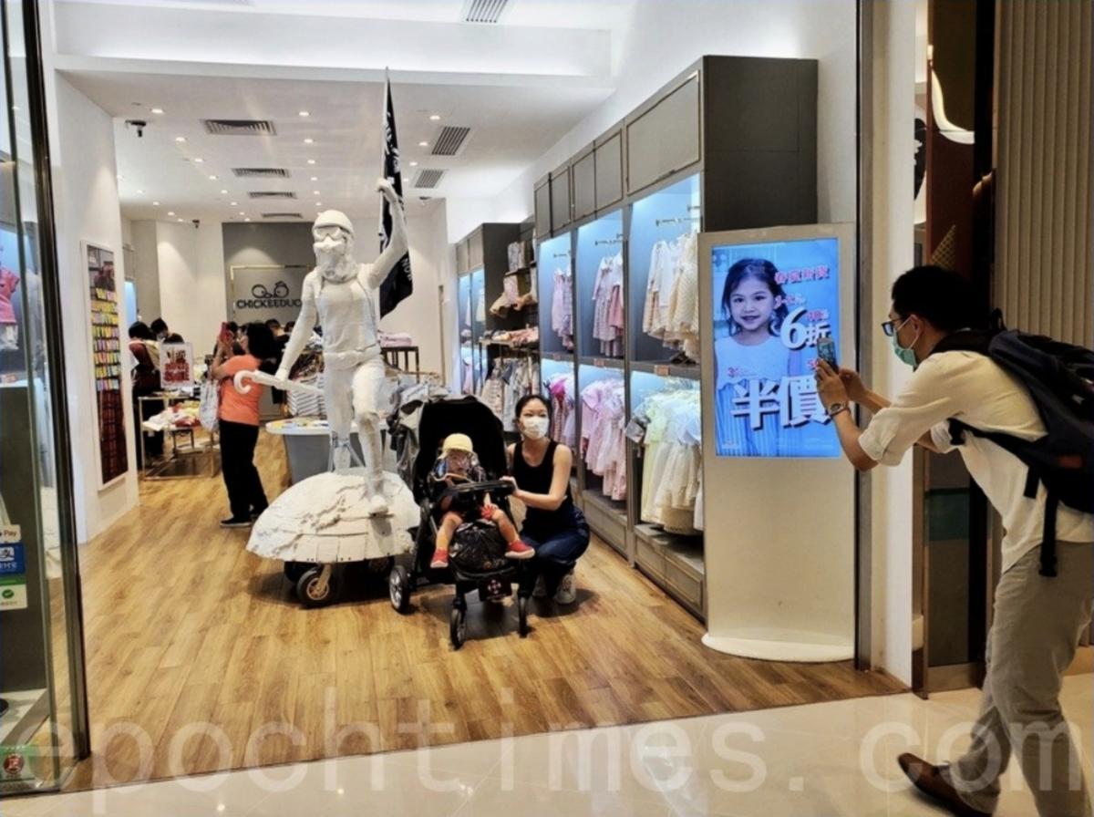 自由女神為童裝店Chickeeduck招來不少客戶,客戶窩心的話讓老闆周小龍很感動。(大紀元資料圖片)