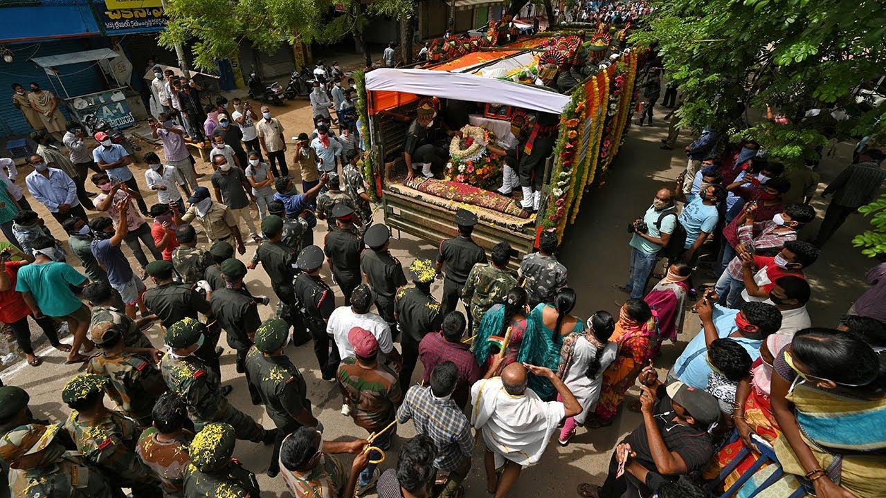 中印爆發衝突後,爆發印度民眾抗議、掀起抵制中國貨風潮。圖為6月18日,印度為在邊境衝突中死亡的上校Santosh Babu舉行隆重葬禮。(STR/AFP via Getty Images)