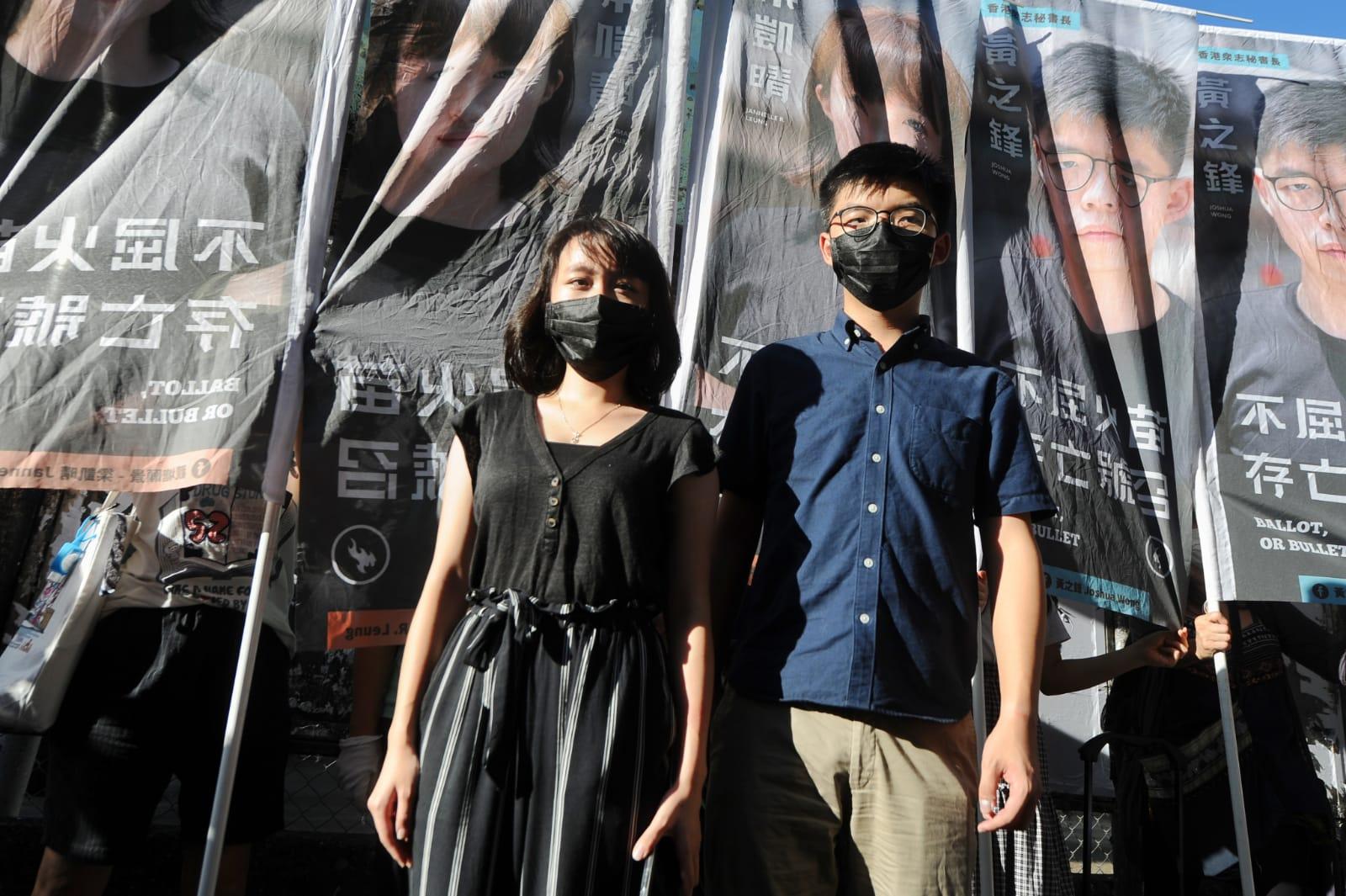 香港眾志秘書長黃之鋒今日(6月19日)正式宣佈,將參與未來的九龍東2020年立法會換屆選舉。觀塘區議員梁凱晴(左)前來表達對黃之鋒的支持。(宋碧龍/大紀元)