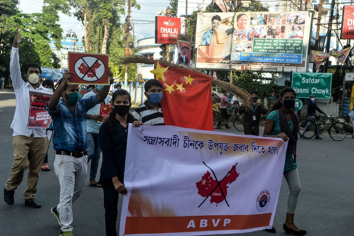 6月17日在印度西里古里(Siliguri)的抗議活動中,人們拿著海報和中共旗抗議。(圖:DIPTENDU DUTTA/AFP via Getty Images)