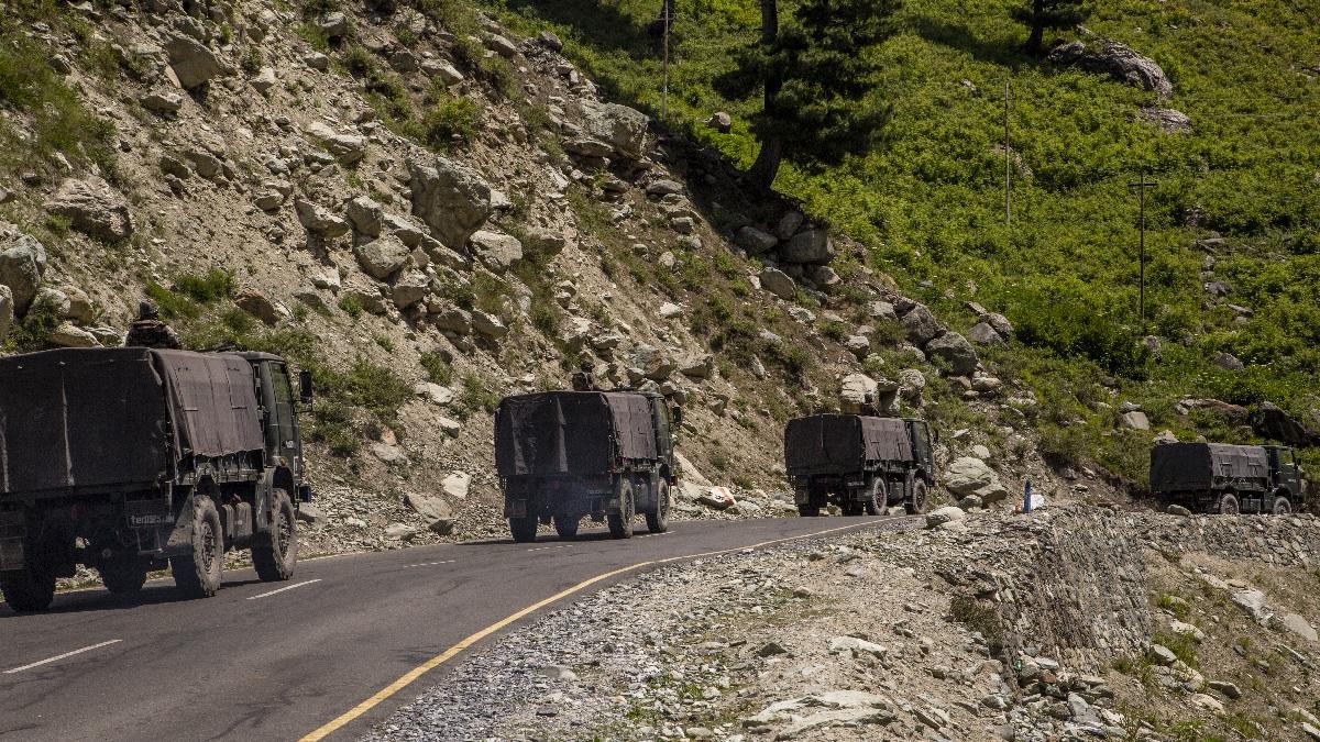 6月19日,印度軍車在與中共接壤的高速公路上行使。(Yawar Nazir/Getty Images)