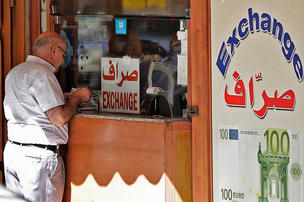 黎巴嫩鎊自1997年始與美金掛鉤。圖為一男子在兌換店櫥窗外。 (JOSEPH EID/AFP via Getty Images)
