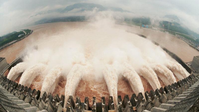 2020年6月17日淩晨,三峽大壩上游爆發泥石流,令飽受潰壩質疑的三峽大壩再次面臨嚴峻挑戰。(AFP/AFP/GettyImages)