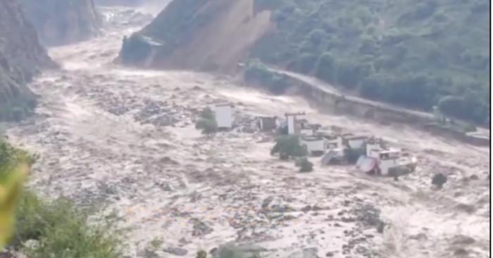 2020年6月17日凌晨,四川甘孜州丹巴縣爆發泥石流並形成堰塞湖,洪水決堤致沿途村莊被沖毀或被吞噬。(視頻截圖)