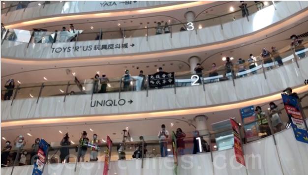 「光復香港  時代革命」「五大訴求  缺一不可」 仍然是人們的口號。(梁珍 / 大紀元)