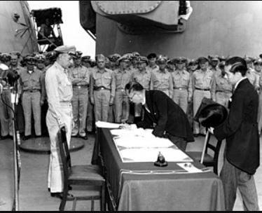 1945年9月2日本政府簽署《降伏文書》。(維基百科)