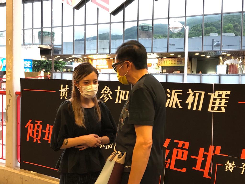 6月21日晚,黃子悅在荃灣宣佈參選,並傾聽街坊的意見。(張曉慧/大紀元)