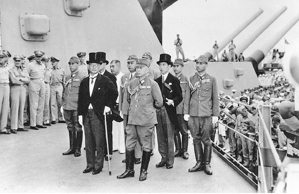 圖為1945年9月2日,日本外務大臣重光葵(前排左)在停泊於東京灣的密蘇里號戰艦上代表日本政府簽署《降伏文書》,標誌著二戰正式終結。(Keystone/Getty Images)