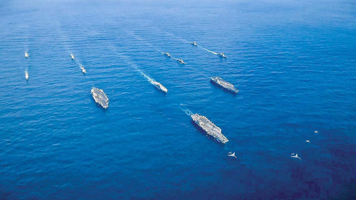 2017年美國海軍三艘航空母鑑與日本海上自衛隊,在西太平洋舉行軍事演習。(US Navy)