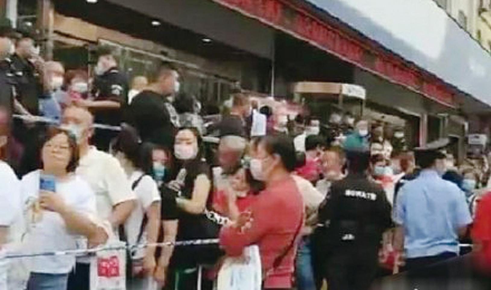 因為傳言資金斷裂,銀行行長跑路,山西陽泉市商業銀行發生擠兌現象。(微博圖片)
