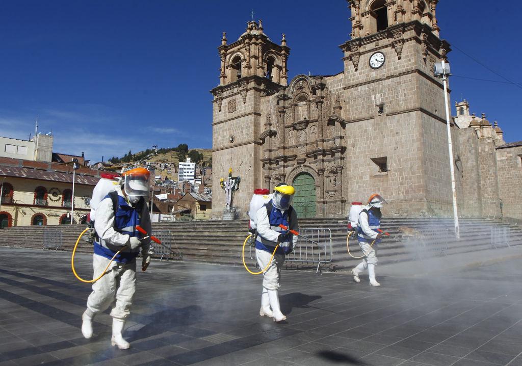 2020年6月18日,衛生工作者在秘魯普諾市的主要廣場消毒。(CARLOS MAMANI/AFP via Getty Images)