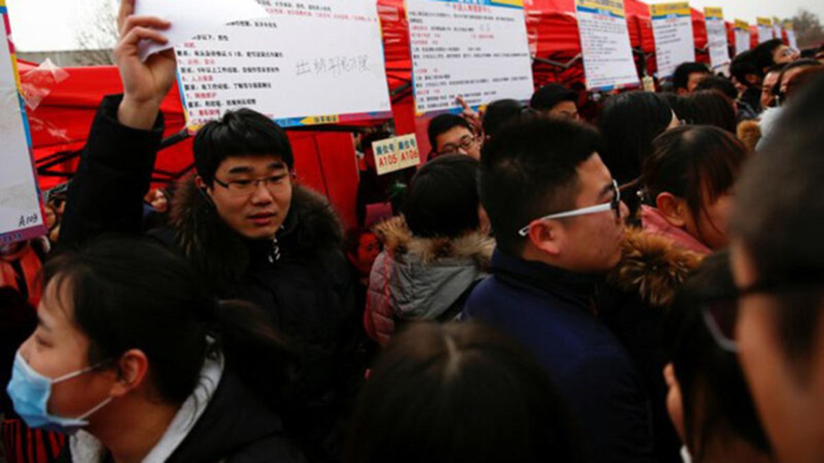 參加人才招聘會的中國應屆畢業大學生(Public Domain)