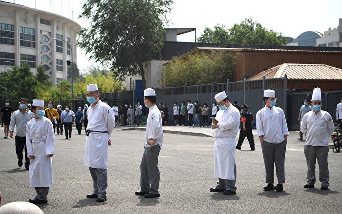 北京新發地疫情擴散。圖為6月18日北京一家餐館廚師排隊做核酸檢測。(NOEL CELIS/AFP via Getty Images)