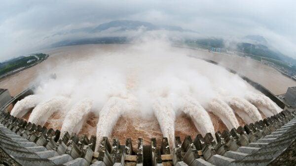 知名三峽大壩專家王維洛說,若三峽潰堤,長江中下游直到上海全部玩完,不僅洪水,還有20至30億立方米泥沙,破壞力比洪水更厲害。示意圖(AFP/AFP/Getty Images)