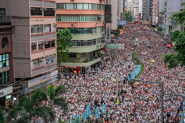 英國預言家認爲,2020年香港將進一步引爆中國大陸的動盪。中共政權將被推翻,領導人習近平將被迫同意徹底變革。圖為2019.6.9香港人上街遊行。(Anthony Kwan/Getty Images)
