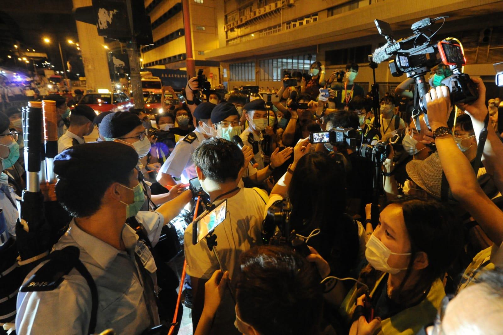 約三十多名警員到場,要求在場人士離開。(宋碧龍/大紀元)