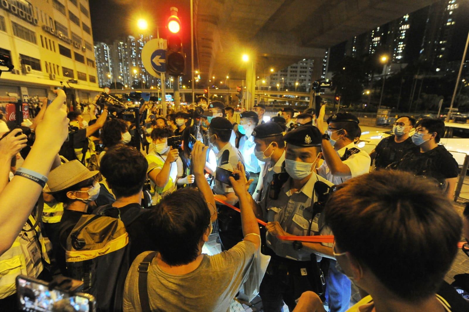 警方與民眾雙方形成對峙局面。(宋碧龍/大紀元)