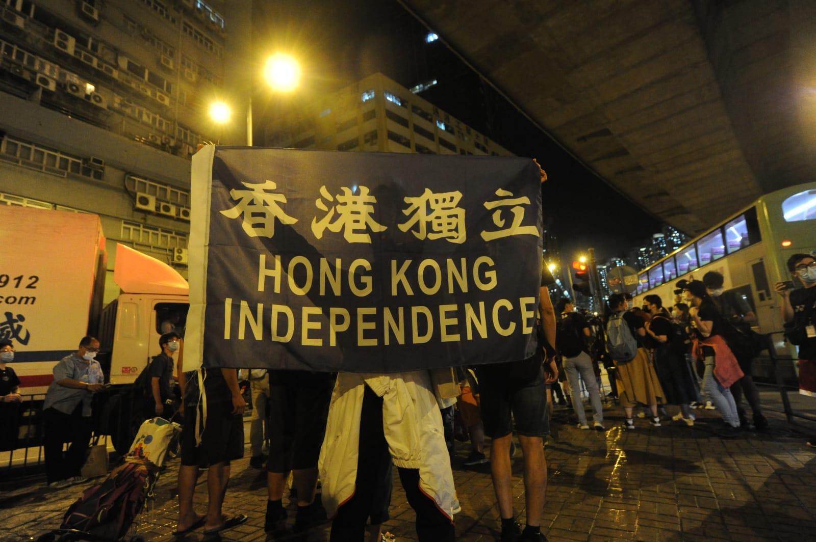 現場有「香港獨立」的標語。(宋碧龍/大紀元)