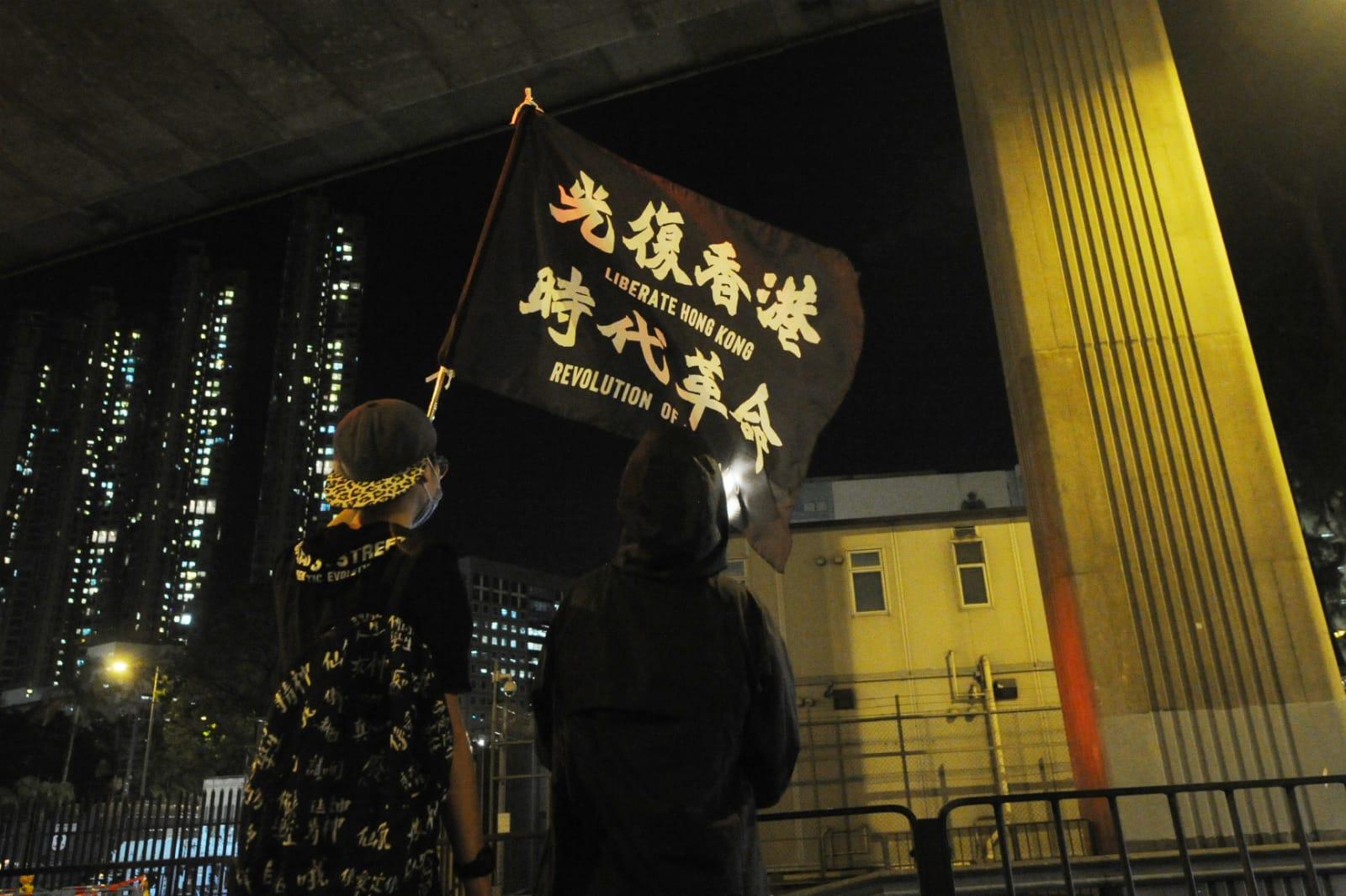 社總成員和社工復興運動成員亮出旗幟並高喊「光復香港,時代革命」。(宋碧龍/大紀元)