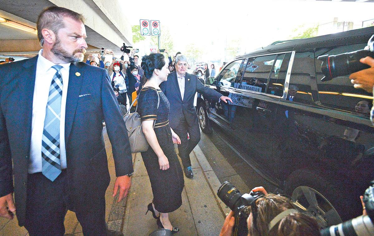 5月27日,加拿大法官裁決,孟晚舟雙重罪成立。圖為孟晚舟(中)離開法院準備上車離開。(大宇/大紀元)