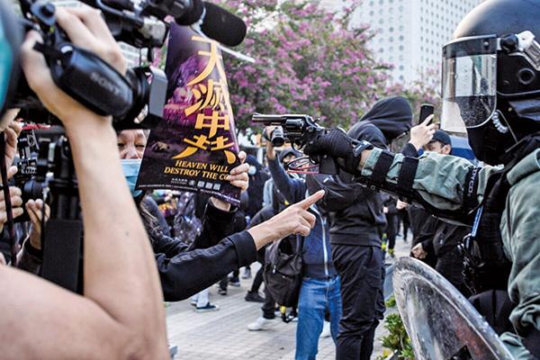 中共強推港版國安法,引發港人的強烈抗議。民眾舉著「天滅中共」標語表達憤怒。 (Getty Images)