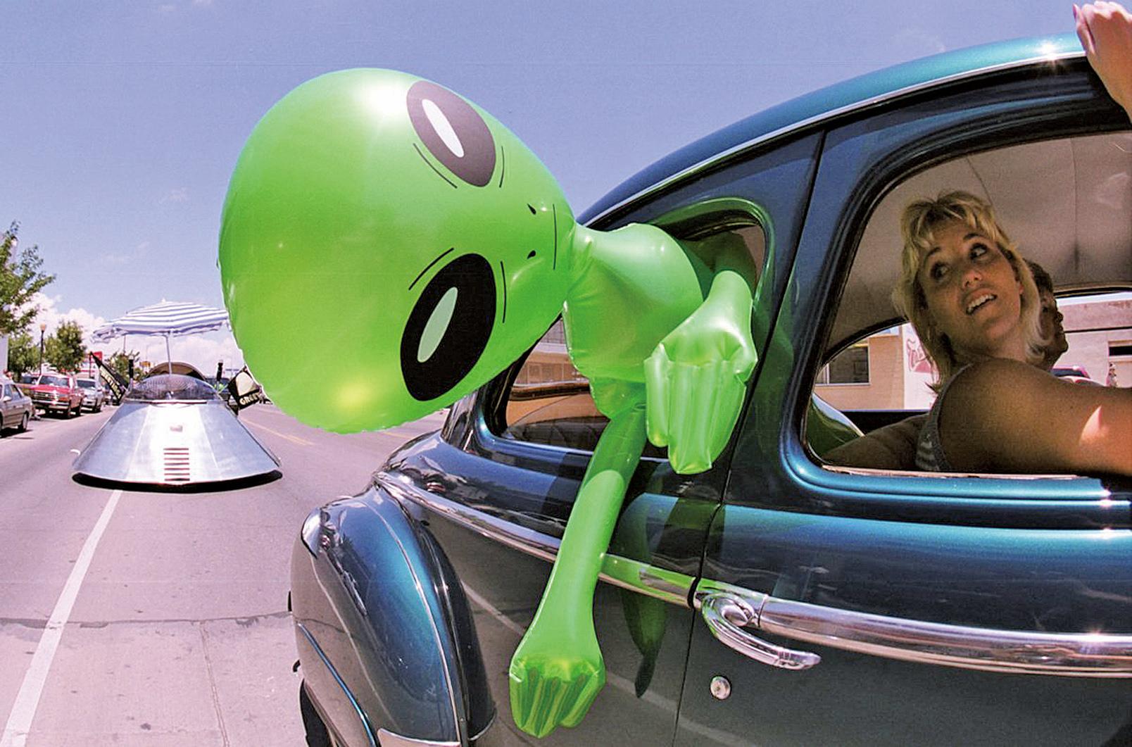 2000年7月1日,在新墨西哥州羅斯威爾市舉行的第53屆UFO節日活動上, 一個婦女帶著外星人娃娃在市內閒逛。(Joe Raedle/Newsmakers/Getty Images)