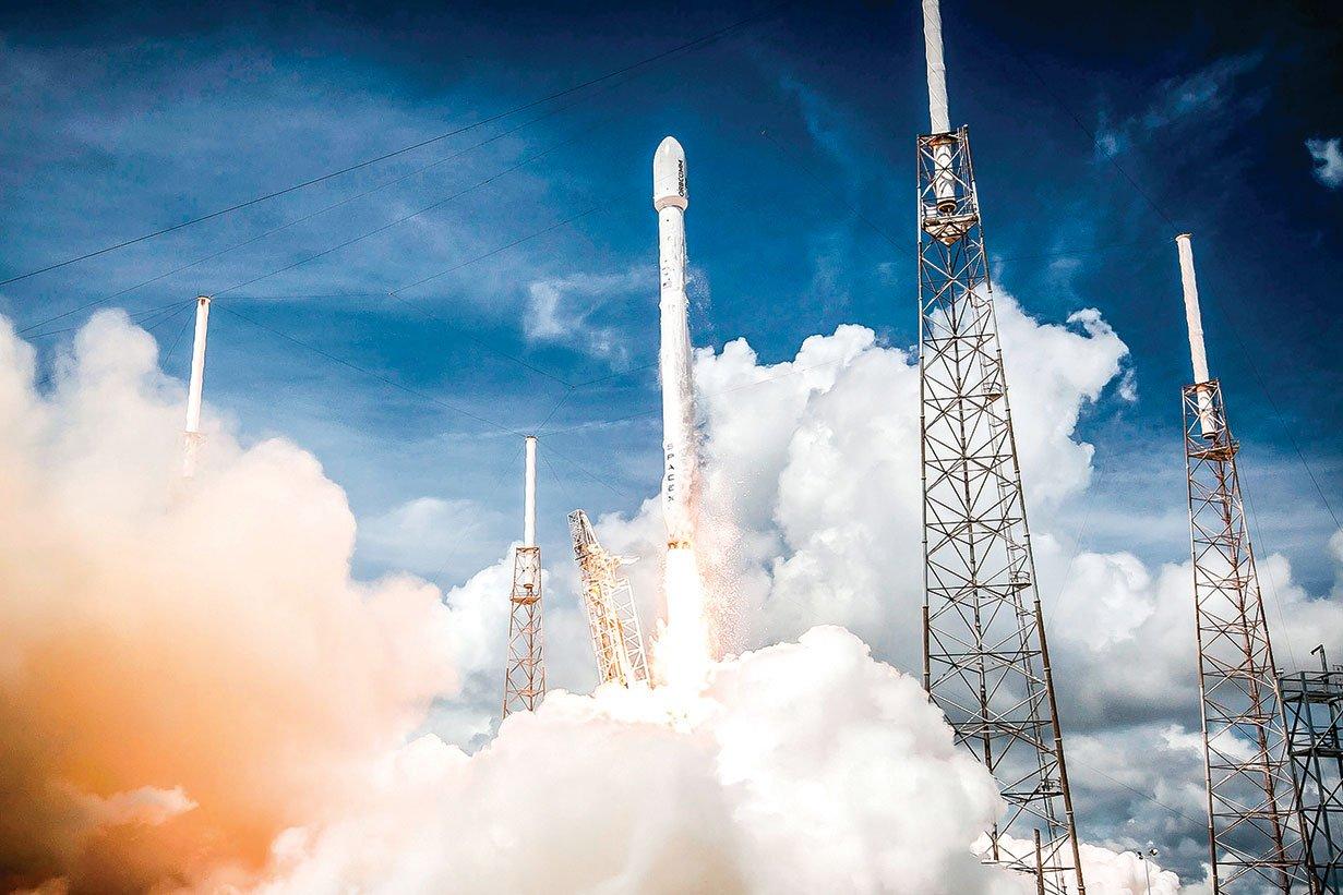 SpaceX用自家的可重複使用的獵鷹9號火箭發射衛星,可大大減低成本。(Shutterstock)