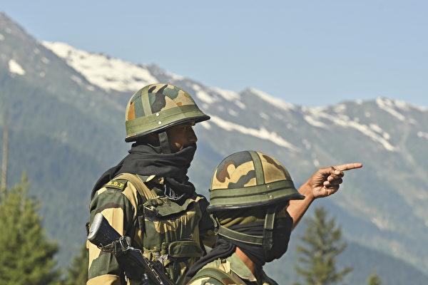 2020年6月17日,印度邊境安全部隊(BSF)士兵在加格涅爾(Gagangir)守衛通往與中國接壤列城(Leh)的高速公路。(Tauseef MUSTAFA / AFP)