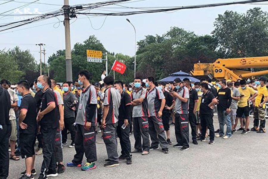 組圖:北京郵政快遞員等核酸檢測 人山人海