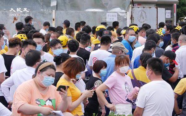 2020年6月22日下午三點,海澱四季青鎮,核酸檢測處擁擠的人群。 (大紀元)