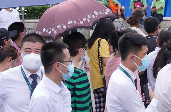 2020年6月22日下午三點,檢測的人為了防止感染,都戴了雙層口罩。(大紀元)