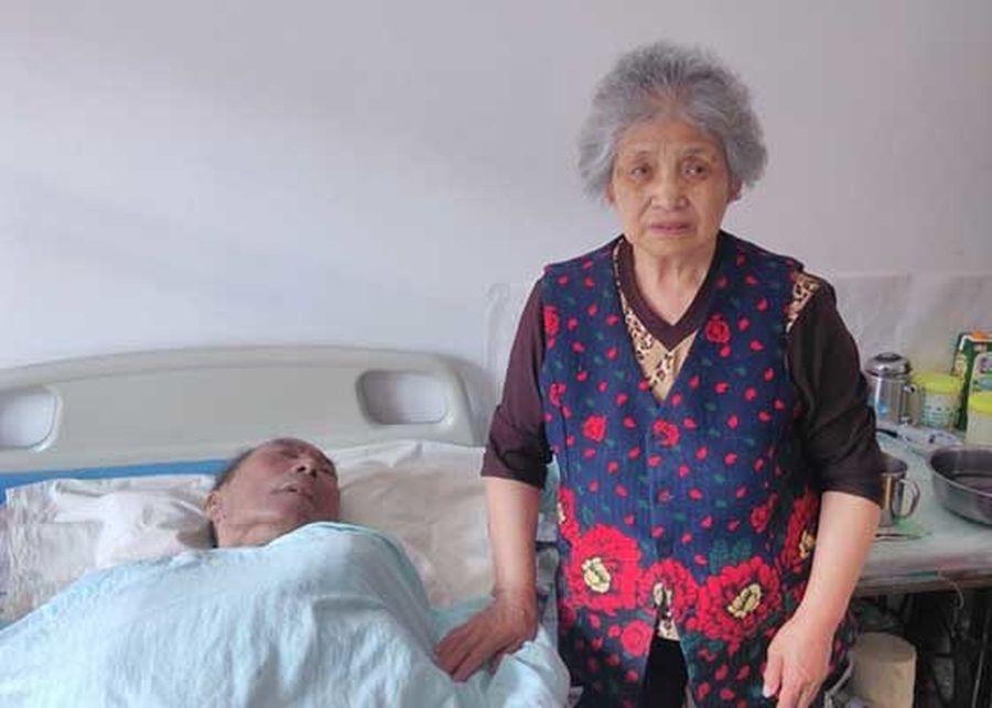 樊桂芹老太與癱瘓在床的文德芳老人。(明慧網)
